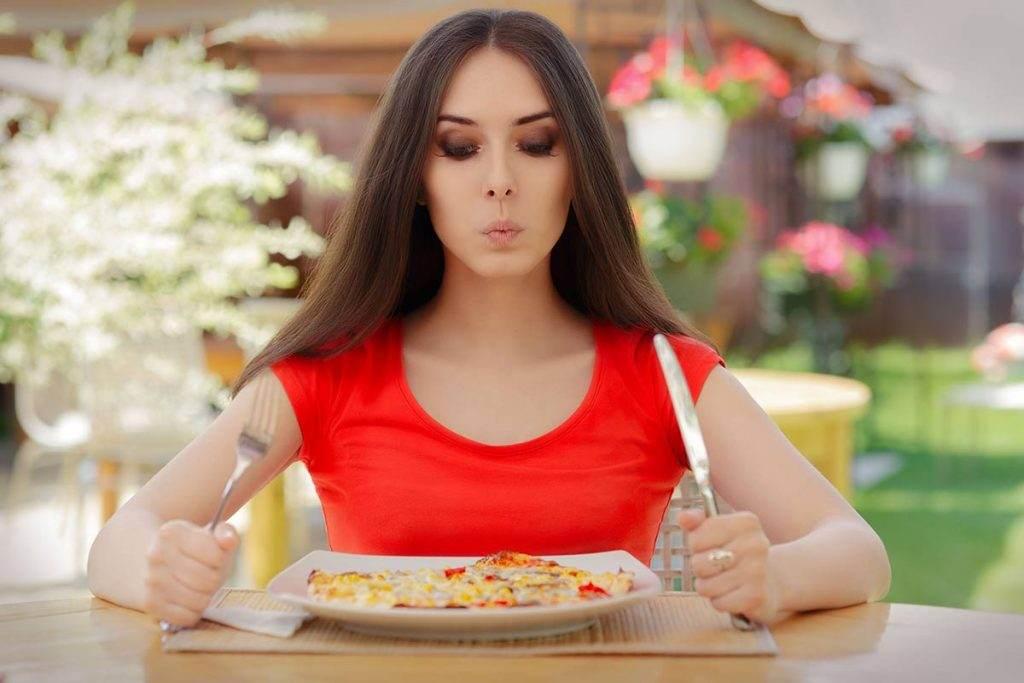 Yemek yiyen uzun saçlı kız