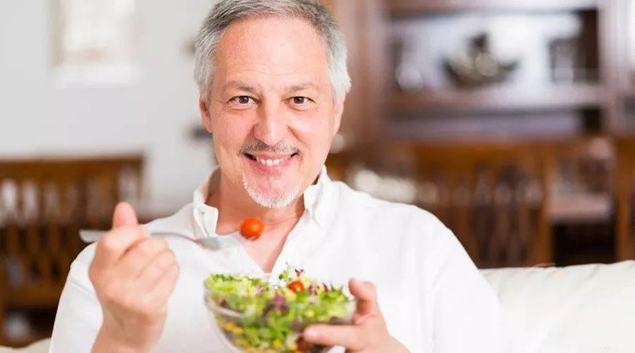 Salata yiyen yaşlı adam