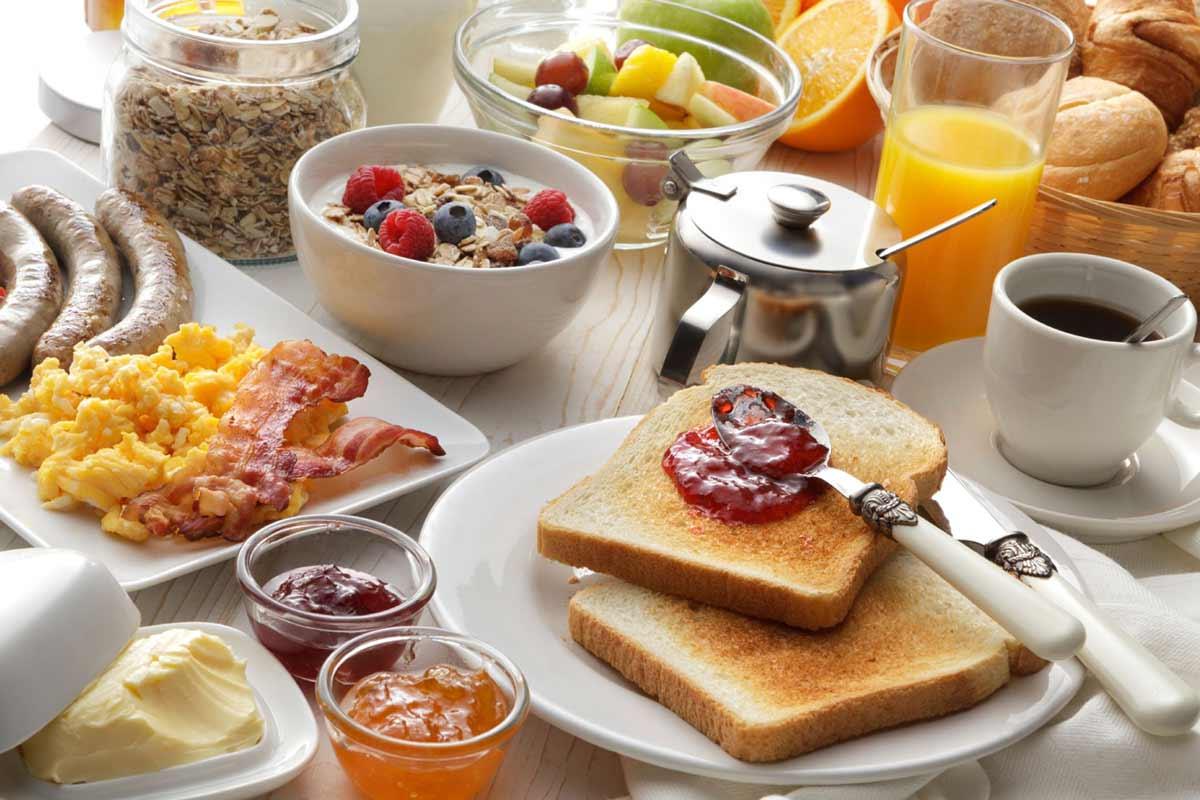 Sağlıklı kahvaltı sofrası
